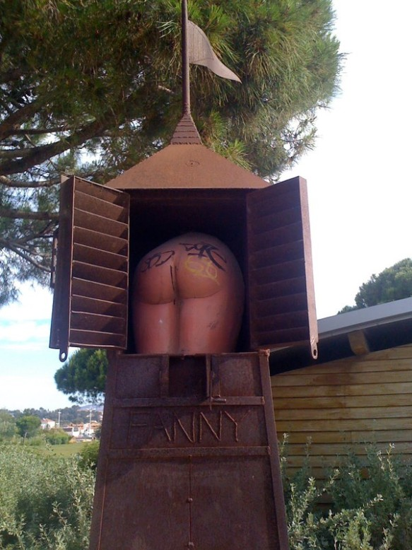 fanny_sculpture_in_a_box_in_province