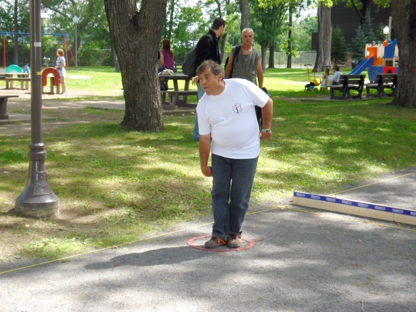 Throwing pétanque from a throwing circle